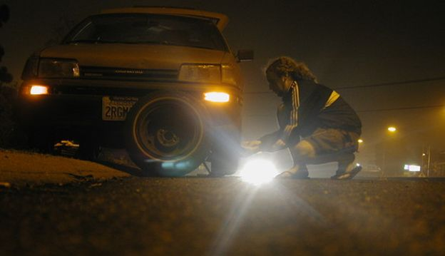 Essential-Guide-to-Run-Flat-Tyres-change-tyre-at-night